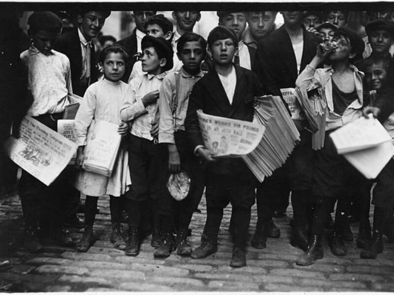 640px-Newsboys_and_newsgirl._Getting_afternoon_papers._New_York_City._-_NARA_-_523329